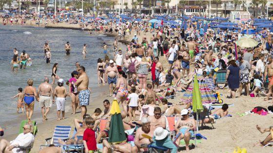 La playa de Levante de Benidorm (Alicante), abarrotada de gente.