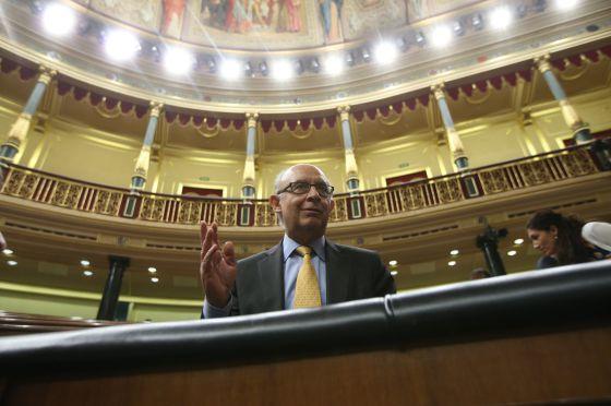 El ministro Montoro, en su escaño en el Congreso.
