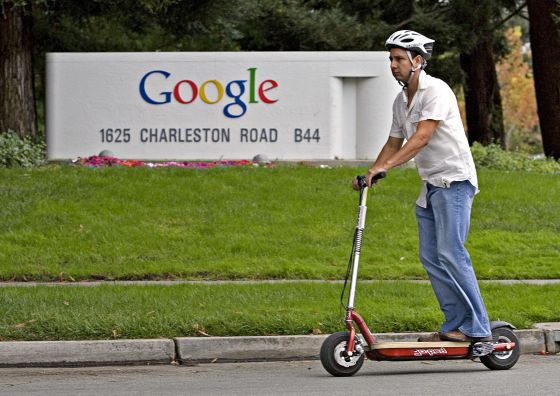 Un hombre sobre un patinete, en la sede central de Google en California.