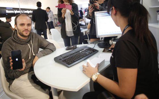 Roberto Ortiz, primer comprador en España del iPhone 6.