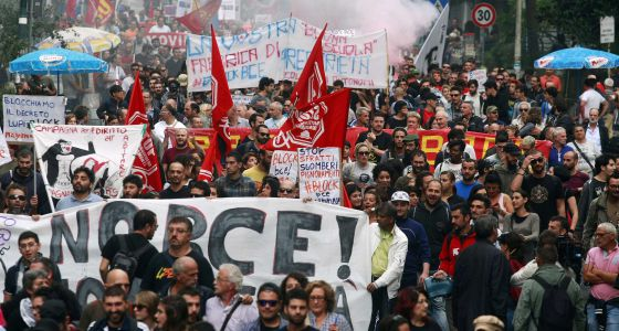 Protestas contra la austeridad y el BCE en Nápoles (Italia).