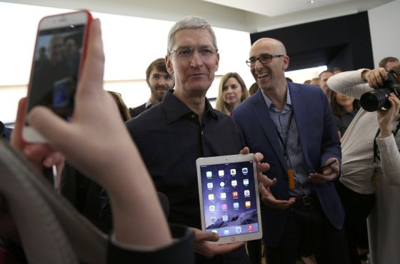 Tim Cook, consejero delegado de Apple, muestra el nuevo iPad