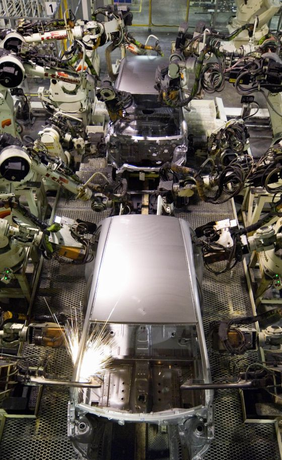 Robots trabajan en una planta de PSA Peugeot Citroën en la República Checa.