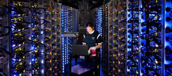Una empleada de Google en un centro de datos en Oregon (EE UU).