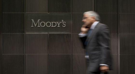 Un hombre pasa frente a la sede de Moody's en Nueva York.