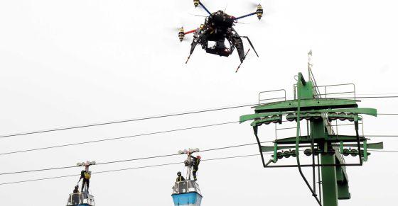 Un dron da apoyo en una maniobra de rescate de los bomberos de Madrid en altura, en la Comunidad de Madrid.