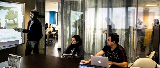 Equipo de Educaline en la sede de la empresa.