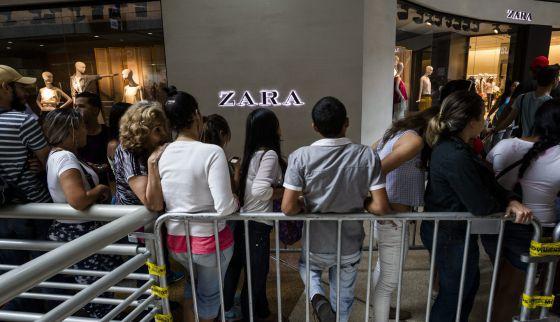Venezolanos en cola frente a una tienda de Zara en Caracas el pasado julio