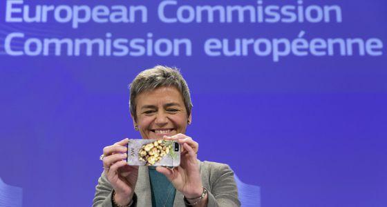 La nueva comisaria europea de Competencia toma una foto con su móvil minutos antes de la rueda de prensa.