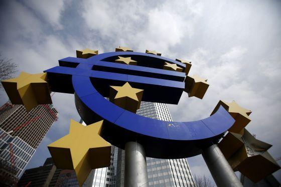 La escultura del euro ante la sede del BCE.