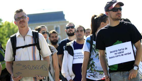 """Protesta en Madrid de un grupo de jóvenes bajo el lema: """"La juventud busca un futuro"""", en junio de 2013."""