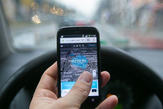 Un conductor consulta la aplicación, en Berlín.