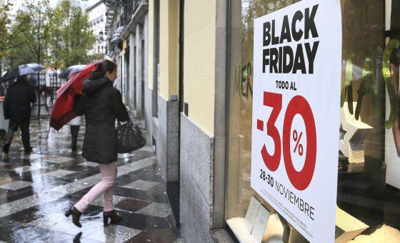 Compradores frente a los comercios con ofertas por el 'black friday'