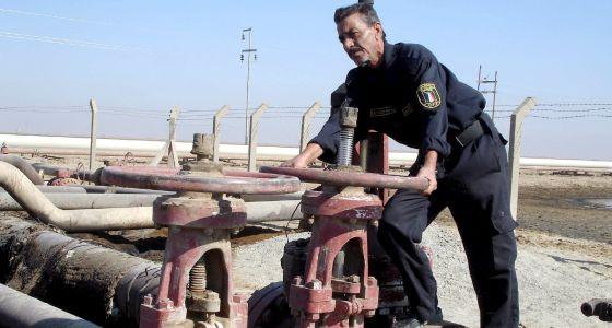 Un trabajador de una refinería de petróleo en Irak.