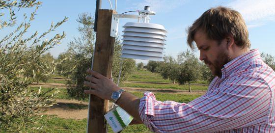 Gonzalo Martín Díaz, cofundador de Bynse, con uno de sus aparatos de medición.