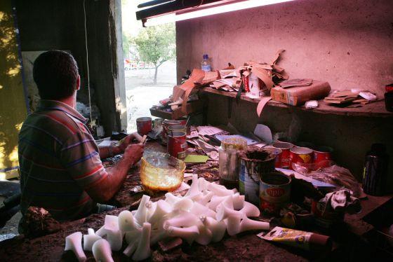 Un trabajador en un taller de calzado de Elche