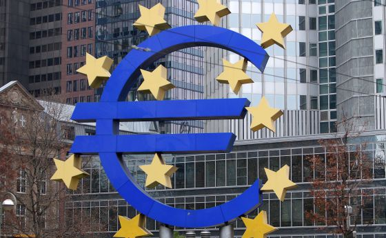 Emblema del euro ante la sede del BCE, en Fráncfort.