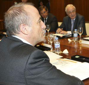 Miguel Sebastián (primer plano), y Pedro Rivero (enfrente, en el centro), entonces presidente de Unesa, en 2008