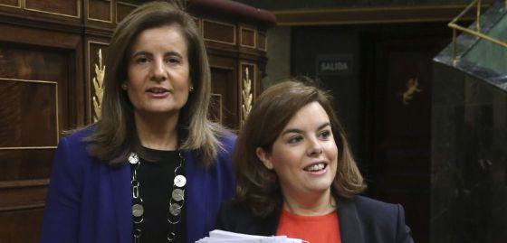 La vicepresidenta del Gobierno, Soraya Sáenz de Santamaría, y la ministra de Empleo, Fátima Báñez, hoy en el Congreso de los Diputados.