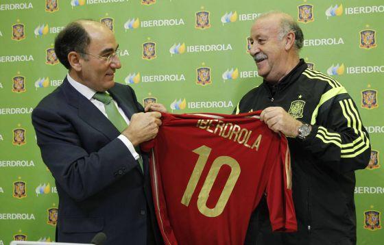 El consejero delegado de Iberdrola, Ignacio Galán (Izquierda) y Del Bosque sostienen la camiseta de la selección.