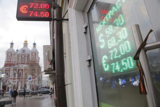 Panel electrónico con la cotización rublo-dólar y rublo-euro en Moscú.