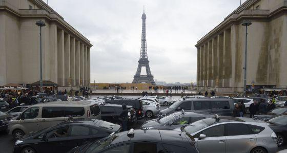 Taxistas parisinos protestan en contra de Uber el lunes 15 de diciembre.
