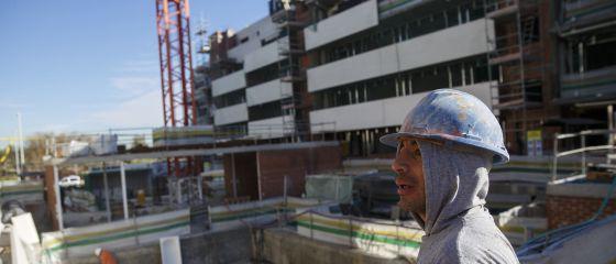 Un trabajador de la construcción, en una obra en Valdebebas la semana pasada.