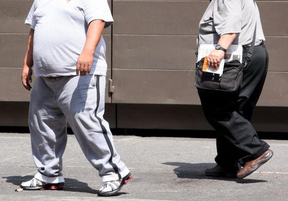 Dos personas obesas en una calle de Ciudad de México