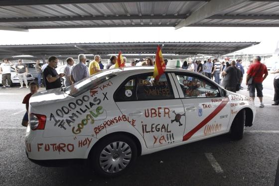 Un taxi con pintadas en protesta contra Uber