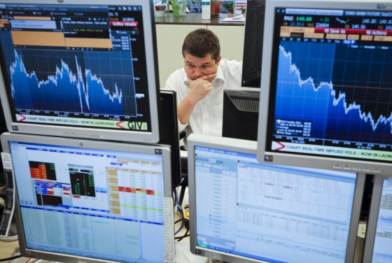 Un operador sigue la evolución de los tipos de la deuda en las oficinas de Ahorro Corporación.