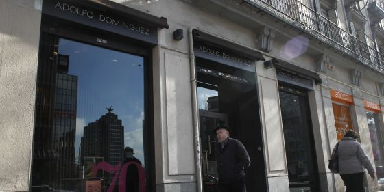Adolfo dom nguez hilvana sus cuentas econom a el pa s for Tiendas de adolfo dominguez en madrid