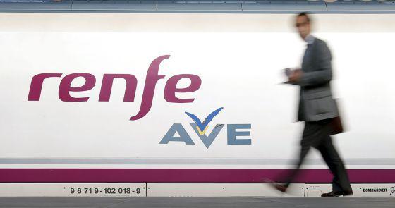 Un pasajero se dispone a subir a un tren AVE.