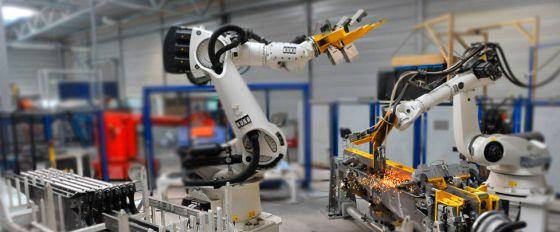 Dos robots trabajan en una de las fábricas del grupo español Gestamp.