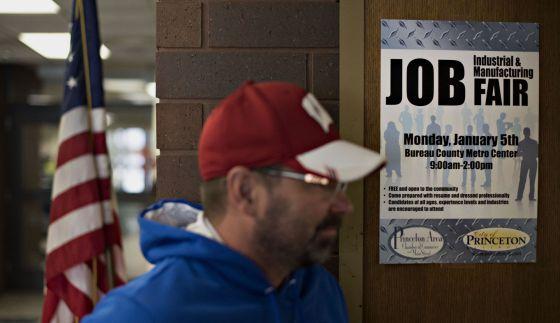 Un hombre entra en una feria de empleo en Princeton (Illinois).