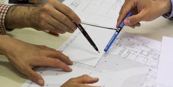 Varios arquitectos proyectando el diseño de un inmueble.