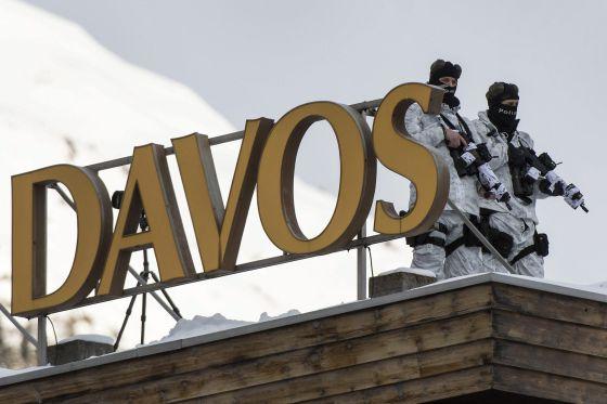 Las fuerzas especiales suizas en el tejado del hotel Kongress en Davos