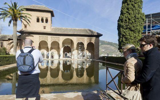 Turistas de visita en la Alhambra y el Generalife de Granada.