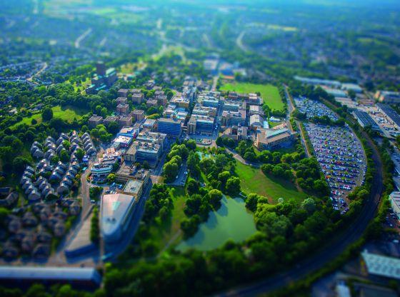 Vista aérea del campus de la Universidad de Surrey.