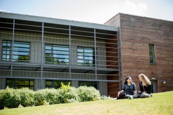Alumnas en el campus de la Universidad de Essex.