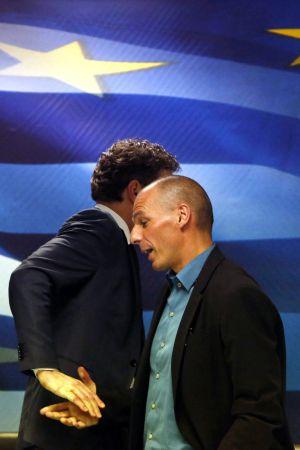 El jefe del eurogrupo, Jeroen Dijsselbloem (izquierda) y el ministro de Finanzas griego, Yanis Varoufakis, tras su reunión del viernes en Atenas.