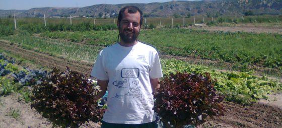 Pablo Martínez, uno de los fundadores del proyecto Huerta La Madre Vieja, dedicada al cultivo de hortalizas en un terreno en Ciempozuelos (Madrid).