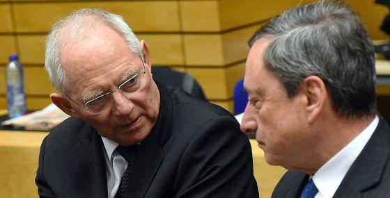 El ministro de Finanzas alemán, Wolfgang Schäuble, conversa en Bruselas con el presidente del BCE, Mario Draghi.