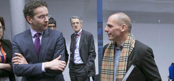 El presidente del Eurogrupo, Jeroen Dijsselbloem, con el ministro Yanis Varoufakis en una reunión de la semana pasada en Bruselas.