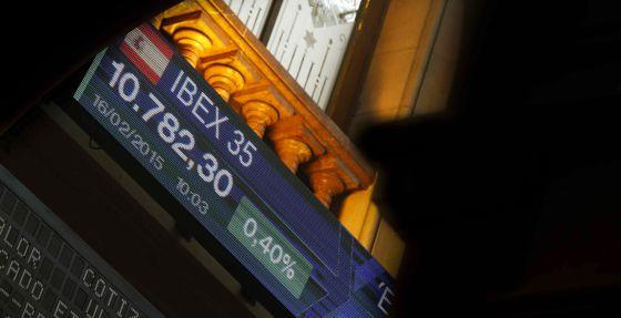 Paneles informativos del Ibex 35 en la Bolsa de Madrid.