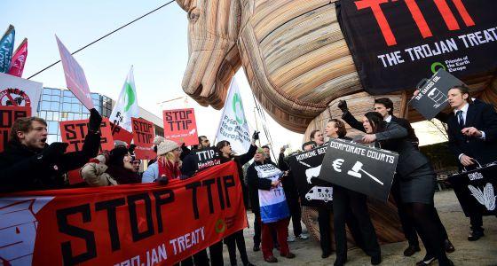 Una manifestación en Bruselas contra el tratado de comercio entre la UE y Estados Unidos celebrada el pasado 4 de febrero.