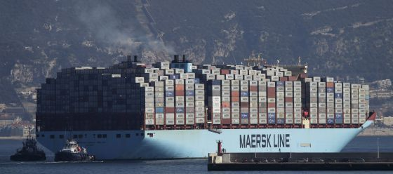 Un navío cargado de contenedores sale del puerto de Algeciras.