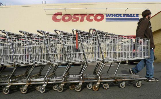 Un empleado arrastra carritos en una tienda de Costco en EE UU