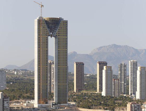 Un rascacielos con una torre de deudas