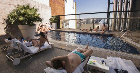 Clientes en la piscina en un hotel de Madrid.