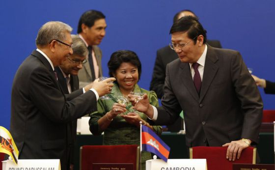 El ministro de Finanzas chino, Lou Jiwei (derecha), y varios invitados en la presentación del banco el pasado octubre en Pekín.